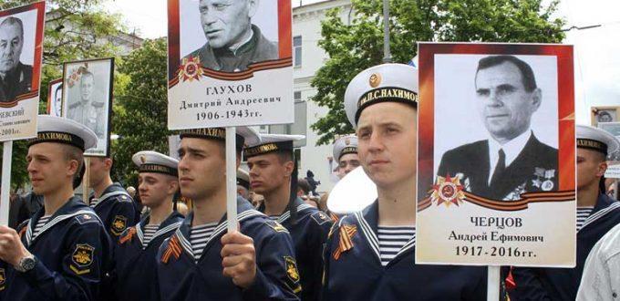 Будущие офицеры и мичманы Военно-Морского Флота России пронесли по главным улицам города-героя портреты своих дедов и прадедов – участников Великой Отечественной войны 1941-1945 годов.