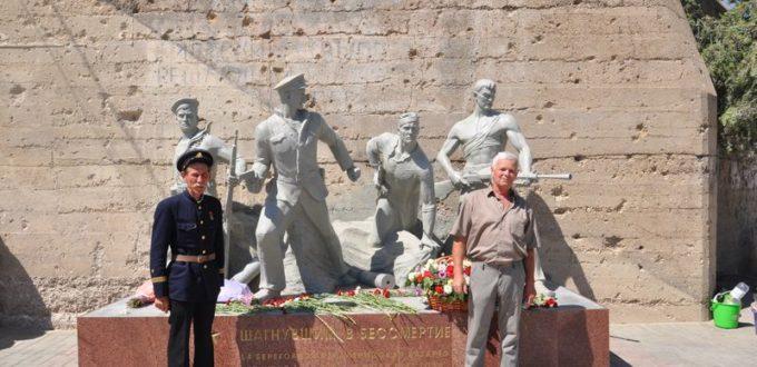 На фото у памятника А.Бондаренко и Ю.Гридасов.