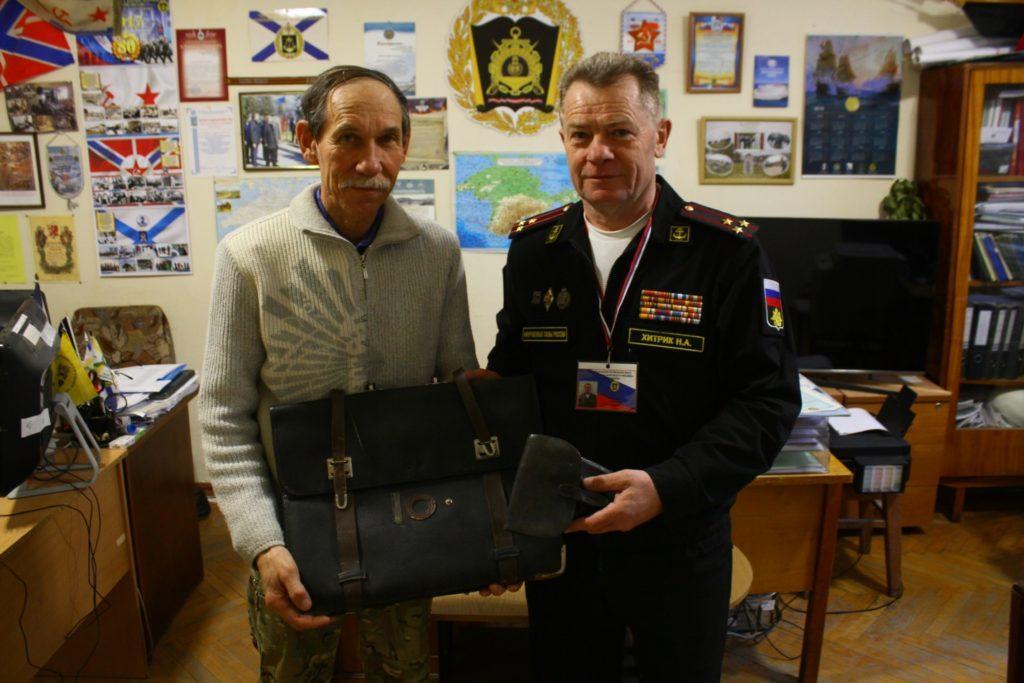 Александр Бондаренко и полковник Николай Иванович Хитрик с раритетами.